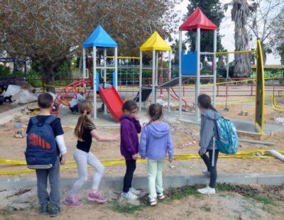 Fast fertig – die Kinder warten bereits ungeduldig darauf, auf dem neuen Spielplatz toben zu dürfen (Bild: Danny Wieler)