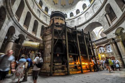 Das Heilige Grab Jesu in der Grabeskirche in Jerusalem (Bild: By Jlascar – https://www.flickr.com/photos/jlascar/10350934835/, commons wikimedia)