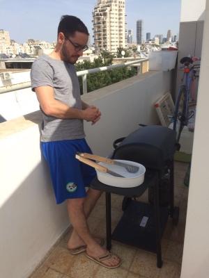 Der Israeli und sein Grill – egal, ob über den Dächern Tel Avivs oder im Park, wichtig ist, dass viel Fleisch und viele Leute dabei sind (Bild: KH).