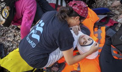 Eine IsraAID-Mitarbeiterin hilft Flüchtlingen auf der Insel Lesbos (Bild: IsraAID)