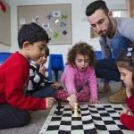 Schachlehrer Daniel Morgan und seine Schüler (Bild: Herlinde Koelbl/Mishkenot Sha'ananim, Jerusalem).