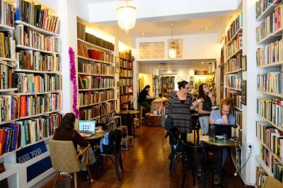 """Viel spannende Literatur im Buchcafé """"Kleiner Prinz"""" in Tel Aviv  (Bild: Naftali Hilger)."""