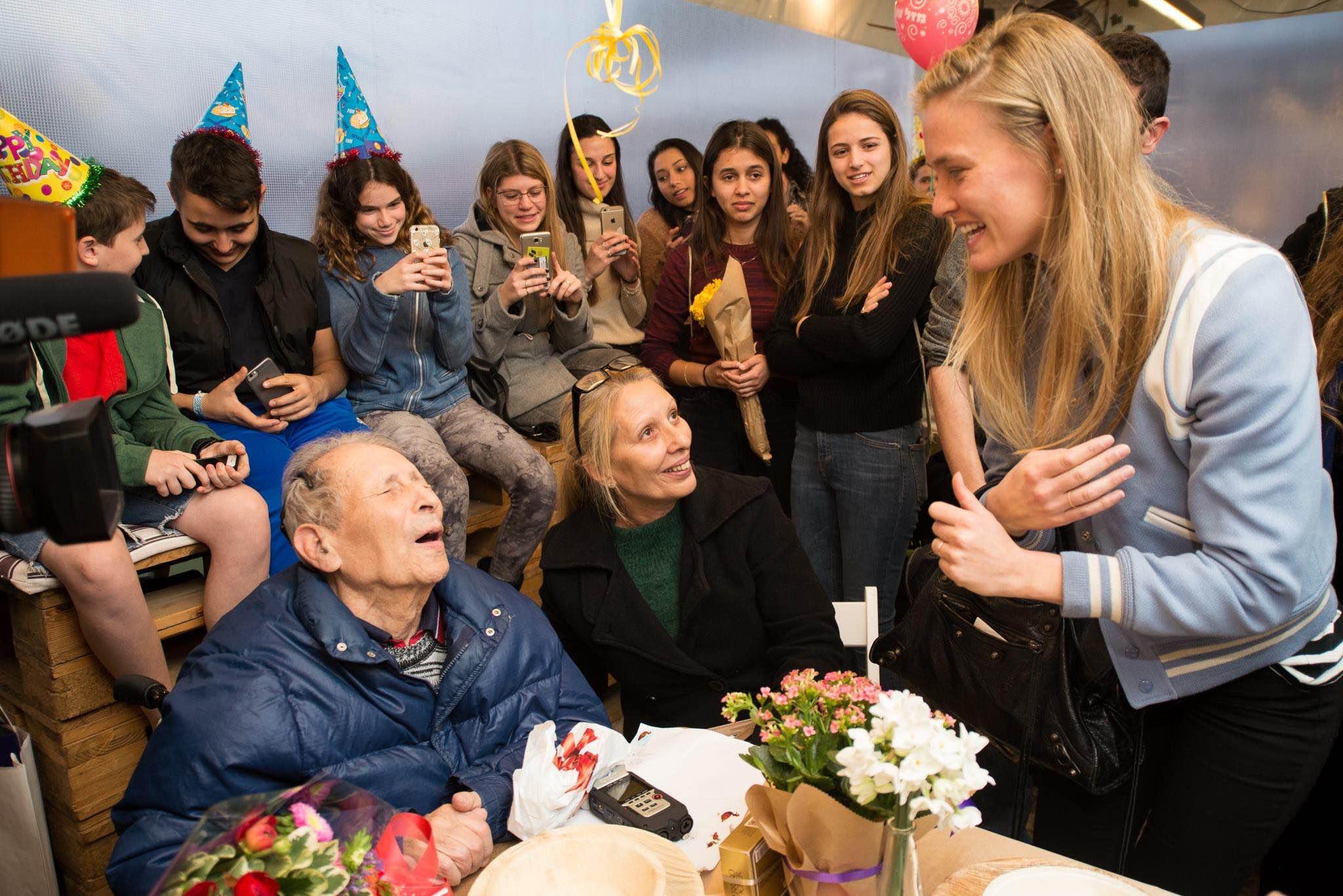 Dank der Organisation feiert der erblindete Überlebende Ernest Weiner seinen 92. Geburtstag ganz gross – und mit Besuch vom israelischen Supermodel Bar Rafaeli (Bild: Facebook-Seite der Gesellschaft für sofortige Hilfe für Holocaust-Überlebende)