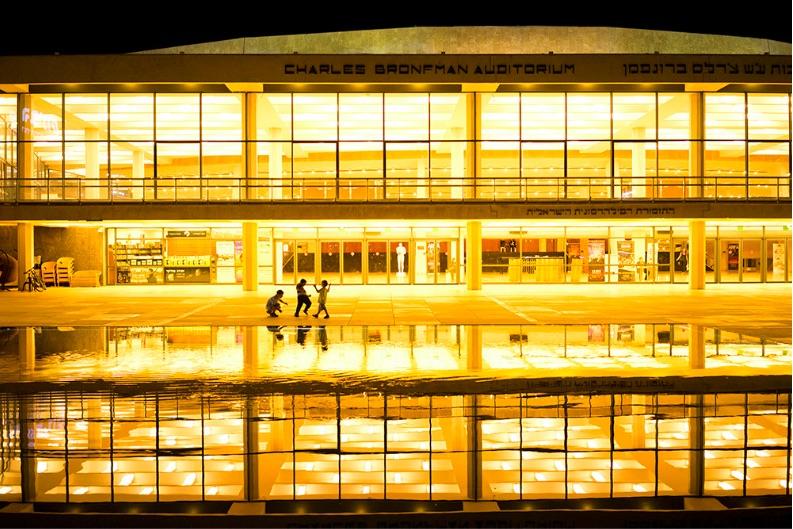 Neben Strandmotiven weiss Biran auch den Rest der Stadt perfekt in Szene zu setzen, wie hier das Habima Theater bei Nacht (Bild: Ido Biran)
