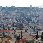 Blick auf die Verkündigungskirche und die Stadt Nazareth (Bild: Zairon/Wikimedia Commons).