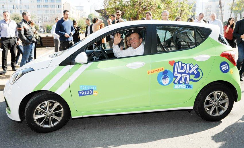 Freundlich aus dem Auto winken – das kann sich nur der Tel Aviver Bürgermeister Ron Huldai leisten (Bild: Stadtverwaltung Tel Aviv)