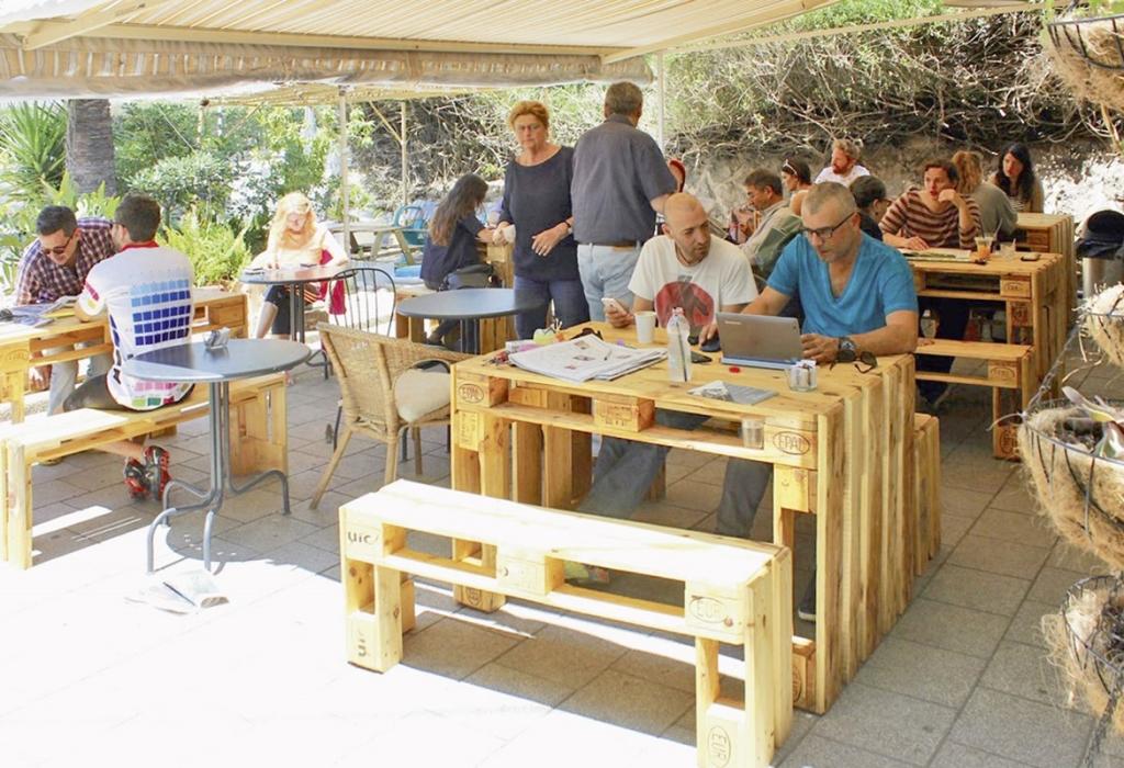 Möbel von A.I.R. In einem Tel Aviver Café (Bild: A.I.R.)