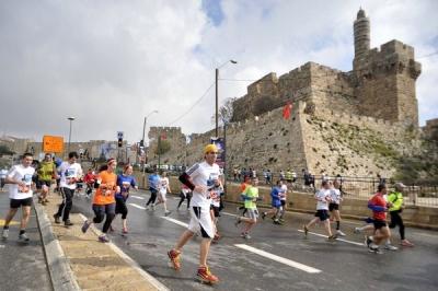 Rennen um die Mauern der Altstadt Jerusalems. (Bild: Twitter @TuttleSinger)