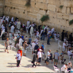 Touristen und Einheimische an der Klagemauer in Jerusalem.