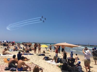 Bei dieser Hitze, hält man es nur am Strand aus – umso spannender, wenn es dort auch noch eine Flugshow zu sehen gibt, wie am Unabhängigkeitstag (Bild: Katharina Höftmann)