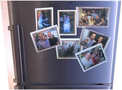 Auch so ein israelisches Phänomen: Auf den Feiern gibt's Fotos auf Magneten für den Kühlschrank zu Hause – wir haben wenige, auf denen das Kind mal lacht (Bild: privat)