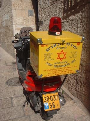 Neben klassischen Krankenwagen sind auch Motorroller zur sogenannten Ersthilfe im Einsatz (Bild: Bachrach44/Wikimedia.