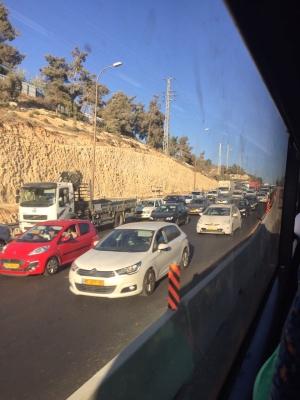 Staus sind auf israelischen Strassen Alltag, hier auf der Strecke von Jerusalem nach Tel Aviv (Bild: Dank an Lissy Kaufmann).