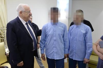 Präsident Rivlin mit jugendlichen Straftätern in der Residenz (Foto: Mark Neiman, GPO)