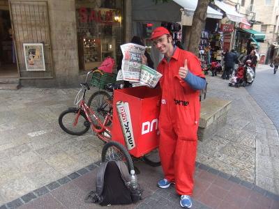 Die kostenlose Zeitung Israel Hayom wird täglich in ganz Israel verteilt – hier in Jerusalem (Bild: יעקב/Wikimedia Commons).