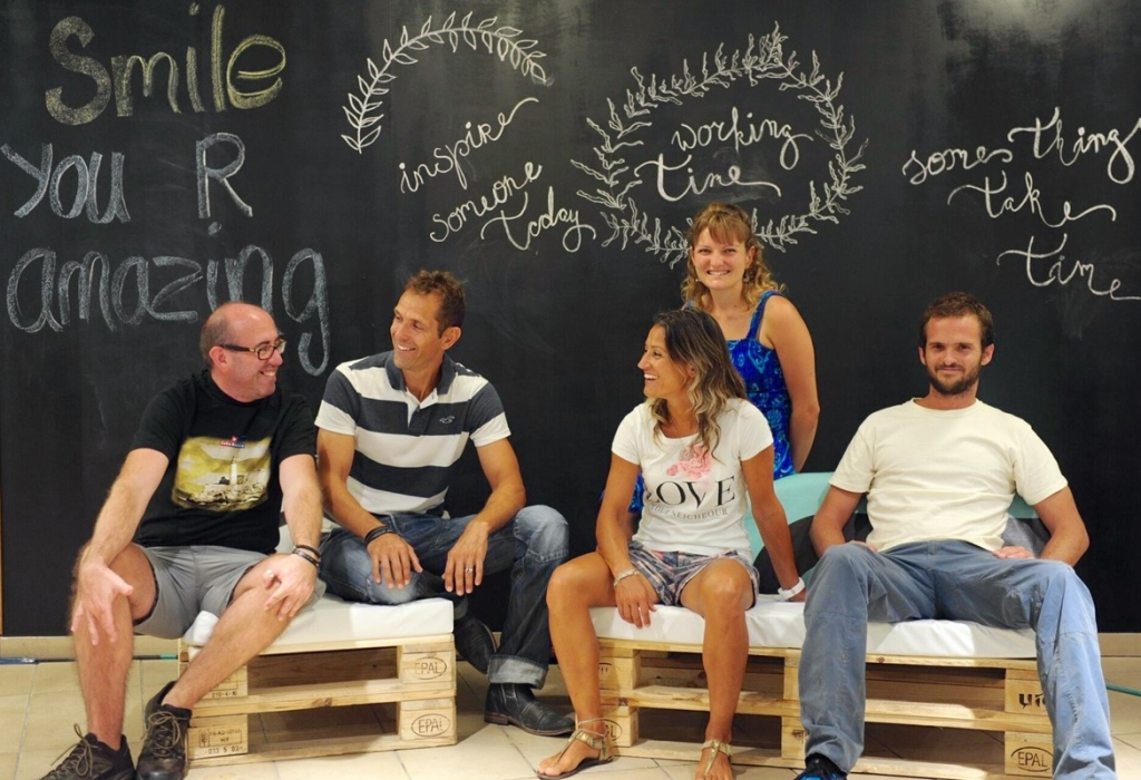 Matthias und Tabea Oppliger (2. und 3. von links, vorne) mit ihrem Team in der Werkstatt (Bild: A.I.R.)