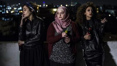 """Die drei Protagonistinnen des Films """"Bar Bahar – in Between"""" entsprechen nicht dem Bild, das Konservative von jungen Araberinnen haben (Bild: Haifa Film Festival)"""