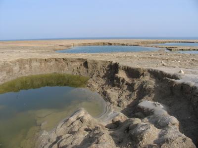 Um das Tote Meer herum tauchen immer mehr Dolinen auf. (Bild: Doron/Wikimedia Commons).