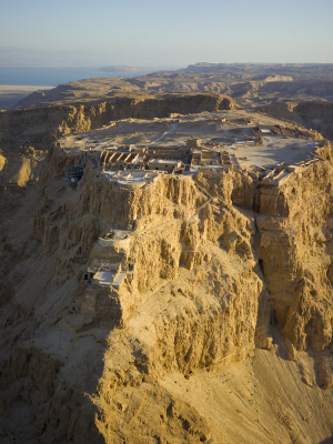 Blick auf die Masada-Festung, im Hintergrund das Tote Meer (Bild: Andrew Shiva/Wikipedia).